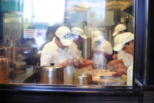 dumpling making 500x335 Din Tai Fung (Arcadia, CA)
